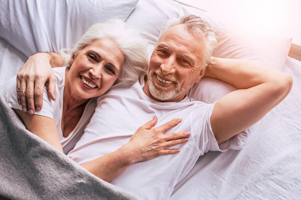 glade mennesker i seng