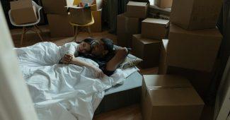 Par i seng omringet af flytterod