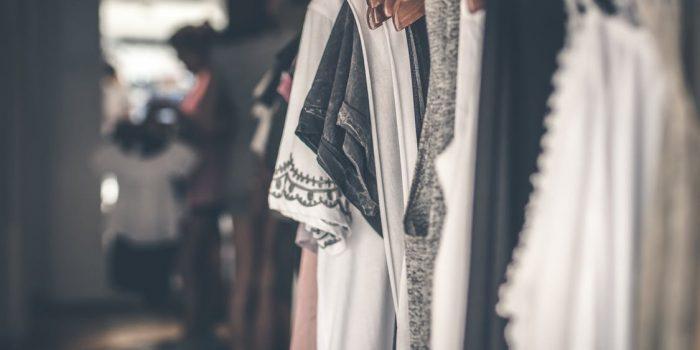 tøj på stativ